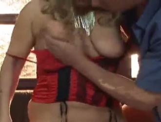 شقراء ألمانية تقدم بوسها لجارها الأسود حتى ينفجر من المتعة