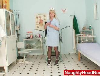 ممرضة ناضجة سيدة الوجه