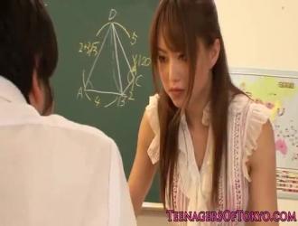 يقدم لها معلمها بعض الألعاب الجنسية لفتاة مغرية من فصلهم