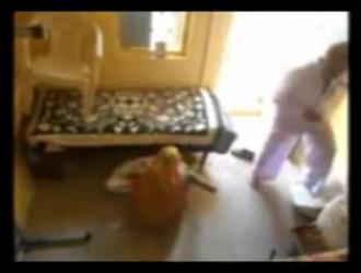 رجل يبلغ من العمر في العمل المتشددين مع الدجاج الأسود