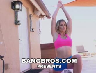شقراء متمردة تئن من المتعة بينما تحصل مارس الجنس في بوسها الرطب ، في شقة صديقتها