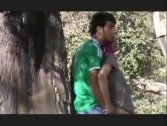 الزوجان اللذان يمارسان الجنس الوحشي في الهواء الطلق ، بينما ينتظرهم رجل في الخلف