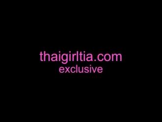 هائل امرأة سمراء في سن المراهقة مع الأظافر الوردي