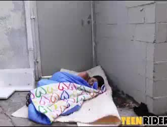 فتاة مرحة هي الحصول على ديك امتدت بلطف حتى الحمار ضيق لإعطاء نفسها استراحة