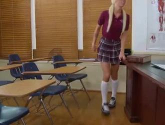 مدرس شقراء سيئة عارية تماما
