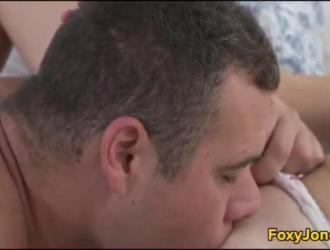 أثارت جبهة مورو الشقراء المثارة مع النظارات ممارسة الجنس العرضي مع رجل أصغر سنا ، في شقته