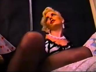آنا مور مفلس فاتنة عالية الكعب تجد رجلها في مرحاض عام