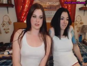 السيدات الجميلات في الملابس الداخلية الساتان يتناوبن على امتصاص ديك أبيض ضخم ، مثل الفاسقات