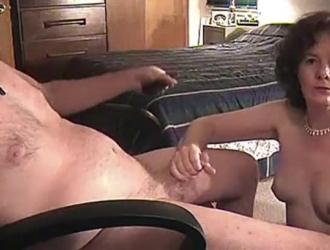 رجل ناضج يتأرجح في سن المراهقة