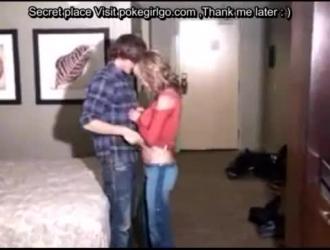 رجل بولي مع شعر طويل وصديقته يمارسان الجنس ، أمام صديقها