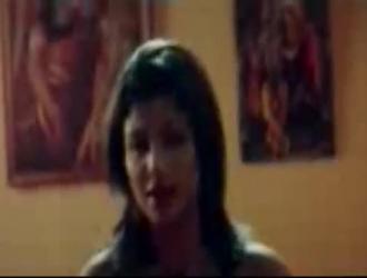 فتاة هندية رائعة تسيل لعاب رجلها ، بينما تركع في حانة محلية