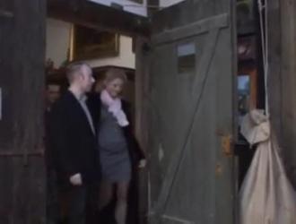 امرأة سمراء ألمانية أنيقة في فستان أسود شفاف ، حصلت السيدة دولتشي على مارس الجنس أثناء عملها