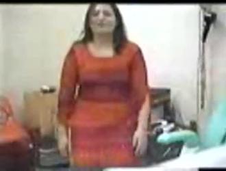 امرأة متزوجة ترتدي مشدًا مزركشًا وكعبًا مرتفعًا تحصل على دسار في بوسها