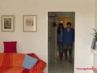الفتيات المراهقات اللطيفات يسعدن شخصين في نفس الوقت ، في منزلهما