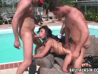 نحيف ، فاتنة يابانية مع كس مشعر يئن من المتعة أثناء الحصول على مارس الجنس من الخلف