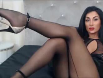 رائع امرأة سمراء جبهة مورو في الملابس الداخلية مارس الجنس في غرفة خلع الملابس