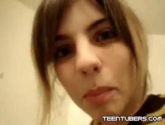 تمتص العذراء في سن المراهقة مثل العاهرة المحترفة ، لأنها تحب أن تشعر بكل بوصة من عشيقها