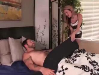 خادمة مطيع تمتص ديك رئيسها بينما زوجته تنتظره أثناء خلعه من الملابس