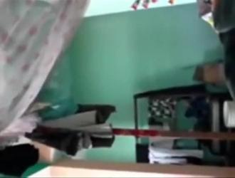 يلعب المراهقون المغرون والفخ الجميل مع واحد أو اثنين من الدونغ