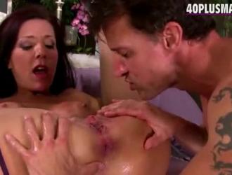 يحصل سوبر الساخنة فاتنة منقوع في الحمام في المنزل بينما يحاول رفاقها لمضاجعتها