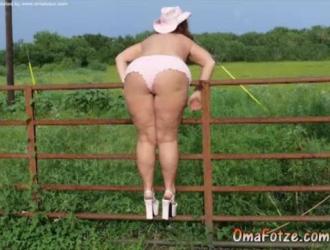 مفلس السيدات الناضجة في العمل الوحل