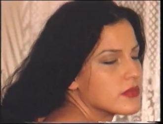 تمارس أنجيلا غابرييل الجنس مع رجلين سود في نفس الوقت وتستمتع به كثيرًا