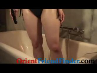 جميلة فاتنة الآسيوية في سراويل ينتشر ساقيه
