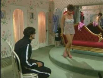 امرأة سمراء إيطالية تمارس الجنس مع امرأة أخرى في غرفة نومها بدلاً من القيام بعملها