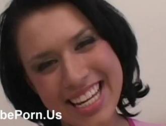 فتاة جميلة سمراء ذات ثدي صغير ، كاسي كايل يحب الطريقة التي تقوم بها زميلتها الجديدة في الغرفة في حفر شقها