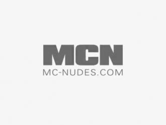 مثليات لديها الثلاثي عارضة ، في حين تلعب جبهة مورو قرنية مع ثديها وجملها