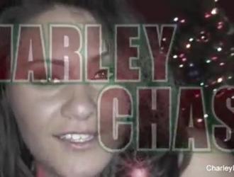 تحصل تشارلي تشيس على جرعتها اليومية من اللعنة والتأني من المتعة ، أثناء هزات الجماع المكثفة