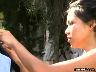 فتاة آسيوية سيئة تقوم بعمل رائع بينما يقوم شريكها الجديد بقبض يدها