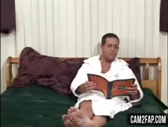 يحب الرجل الأكبر سنًا أن يمارس الجنس مع جاره الشاب ، من حين لآخر