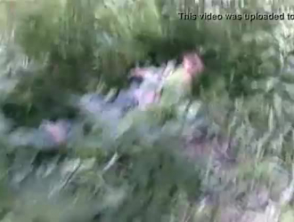 فتاة مجنونة تهيمن على جسد الركبة