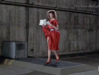 امرأة ذات شعر أحمر ترتدي الزي الأحمر تقوم بعملها في كل مرة تبدو فيها فرصة جيدة