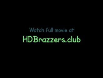 مايا بيجو هواة جبهة مورو شقراء مع الأظافر الزرقاء ، تحب ممارسة الجنس العرضي مع جارتها