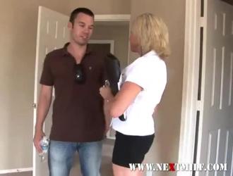ربة منزل ناضجة تحصل مارس الجنس من الخلف بينما زوجها في طريقه إلى المنزل