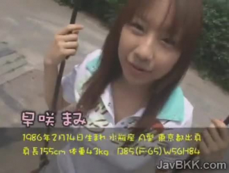 تلميذة يابانية صغيرة تحصل على بوسها غازل في القسم الآسيوي من المدرسة