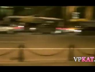 فتاة آسيوية ضفيرة تتمتع في مغامرة جنسية في الهواء الطلق مع صديقها واثنين من اللاعبين