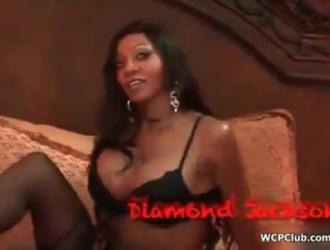 فتاة سوداء ساخنة تمتص ديك أبيض كبير وإدخاله داخل بوسها والحمار