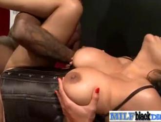امرأة سمراء جميلة ، كيارا فوكس ورجل تحبها يمارسون الجنس