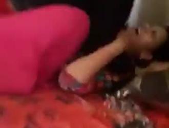 الفتيات الساخنات يجلسن على السرير ويفرك الهرات والحمير أمام الرجال