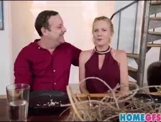 مدرب شخصي تيفاني واتسون يجعل الحب الساخن مع حبها على الأريكة