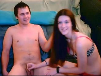 امرأة سمراء رائعة مع الثدي الثابت وجمل مثقوب ، فيكتوريا ماي تحصل مارس الجنس على الأريكة