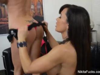 تظهر نيكيتا فون جيمس ثديها الكبير لمنتجها على الويب وتجعله يمارس الجنس معها