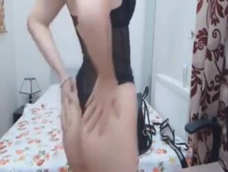 امرأة سمراء سيئة التدليك الثدي و مستبعد على الديك الثابت