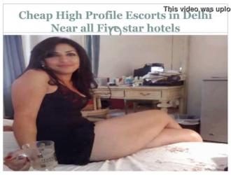 كانت امرأة سمراء في الكعب العالي حريصة على الحصول على مارس الجنس عندما عرض عليها وظيفة في فندق