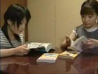 الطالبة اليابانية الضفيرة إلسا تتحدث بقذارة مع معلميها