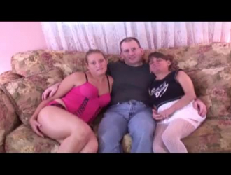 نزلت الفتيات المحبوبات على ركبتيهم أمام رجل أراد أن يمارس الجنس معهم