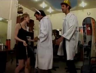 شقراء نحيفة ذات شعر طويل يحب ممارسة الجنس الشرجي الوحشي ، من حين لآخر